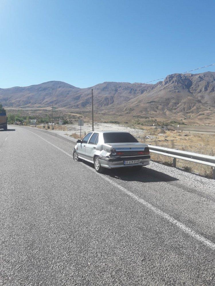 Bariyerlere çarpan otomobilde maddi hasar meydana